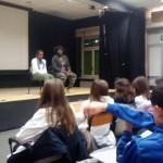 """Gli alunni della classe quinta de """"La scuola di Edith"""" incontrano le rappresentanti de """"La scuola delle mamme"""" assieme ad una classe quinta della scuola """"Pezzani"""" presso il teatro della scuola """"Pezzani"""" il giorno 21 Novembre 2013."""
